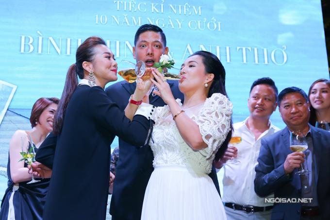 Siêu mẫu Thanh Hằng cũng lên sân khấu quậy cùng vợ chồng chủ nhân đêm tiệc. Ngoài đời, Thanh Hằng và Anh Thơ thân thiết đến mức hay gọi đùa nhau là vợ chồng.
