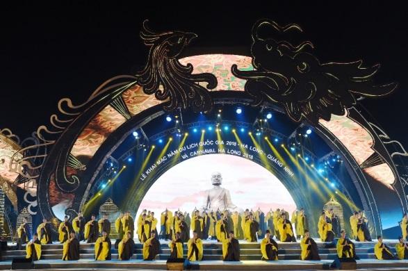 Đêm đại tiệc nghệ thuật diễn ra tại quảng trường biển Sun Carnival Hạ Long, thu hút đông đảo người dân địa phương và khách du lịch đến tham dự. Hơn 2.000 diễn viên múa, ca sĩ, người mẫu chuyên nghiệp và các đoàn nghệ sĩ quốc tế đã cống hiến nhiều tiết mục đặc sắc cho chương trình.