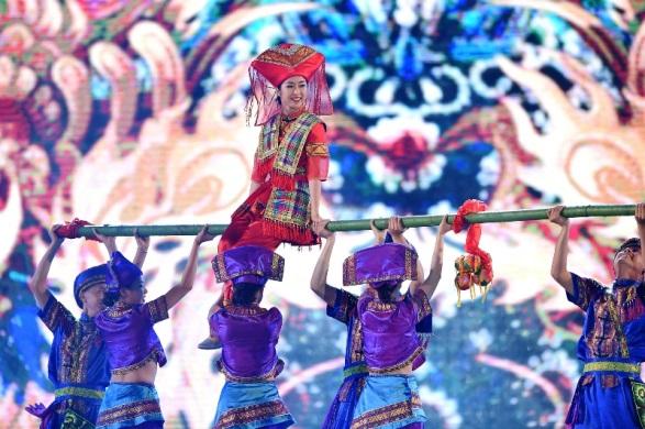 Càng về cuối chương trình, sân khấu Carnaval càng thêm sôi động nhờ những tiết mục nhảy múa tươi vui các nghệ sĩ người Nga, Quảng Tây (Trung Quốc)...