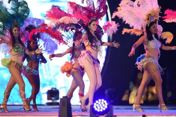 ...hay màn trình diễn vũ điệu Latin và Samba bốc lửa của dàn vũ công Brazil, Cu Ba.