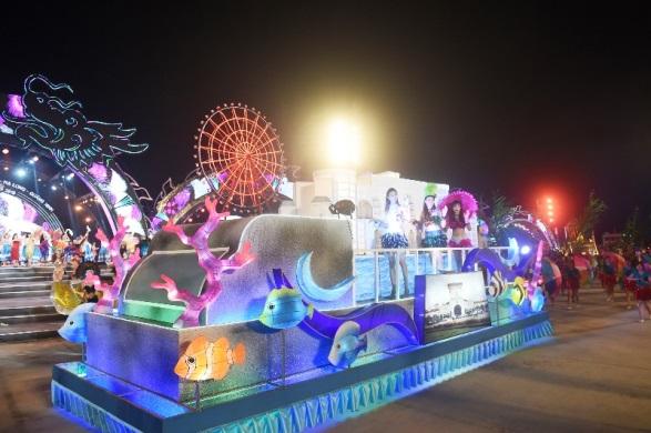 Ngoài các tiết mục nghệ thuật hoành tránh, đêm Carnaval còn tổ chức lễ diễu hành 12 xe hoa trên khắp đường phố Hạ Long.