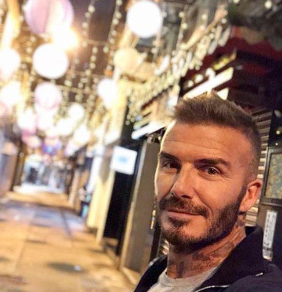 Cựu tiền vệ Anh selfie trên đường phố Macau