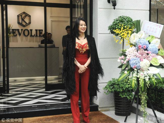 Tiếp nối cửa hàng áo cưới tại Thượng Hải, hôm 28/4, Hồ Hạnh Nhi khai trương cửa hàng áo cưới tại Thượng Hải, do cô và mọt người bạn kết hợp kinh doanh. Nữ diễn viên tiết lộ, cô đã rục rịch chuẩn bị cho công việc này từ năm ngoái.  Chia sẻ về quyết định của mình, Hạnh Nhi nói Thượng Hải là thành phố đầu tiên cô tới khi đến Đại lục cách đây nhiều năm, ấn tượng về nơi này rất tốt, vì thế cô quyết định thử sức với lĩnh vực kinh doanh.