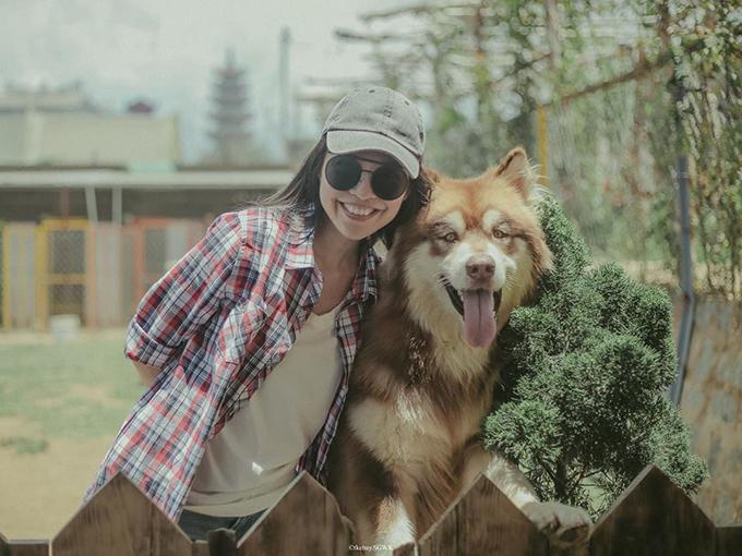 Hiền Thục ghé thăm quán cà phê chó nổi tiếng ở Đà Lạt. Cô viết: Thăm mấy bạn dễ thương, lại còn được đãi ăn bữa cơm gia đình ấm cúng.