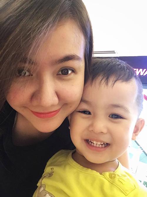 Hai mẹ con Ái Châu đưa nhau đi chơi ngày lễ ở trung tâm thương mại.