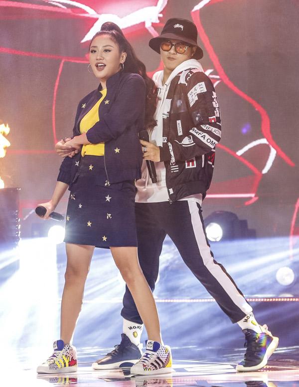 Lâm Vinh Hải vừa hát vừa tương tác, phối hợp ăn ý với Văn Mai Hương trong các động tác nhảy múa.