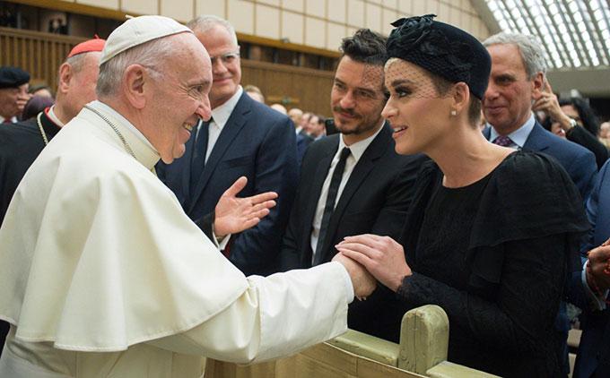 Sáng thứ 7, ngày 28/4, Katy Perry và Orlando Bloom có dịp diện kiến Giáo hoàng tại Vatican. Hai ngôi sao hạnh phúc khi được Giáo hoàng chào đón nồng nhiệt.