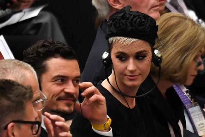 Katy trìu mến nhìn bạn trai khi dự hội thảo. Cô và Orlando Bloom đã tái hợp vào cuối năm ngoái sau gần một năm chia tay.