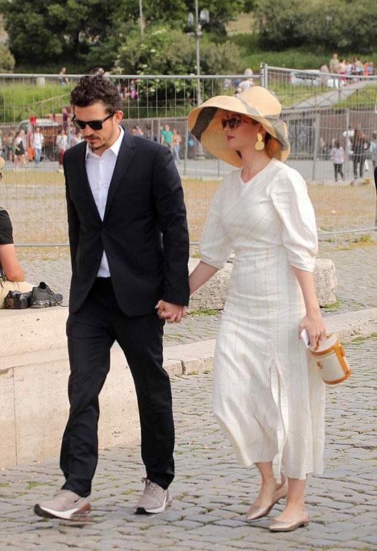 Vào buổi chiều, Katy và Orlando tay trong tay đi tham quan thành phố Rome.