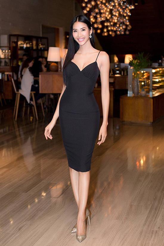 Á hậu Hoàng Thuỳ khoe đường cong gợi cảm với thiết kế váy ôm sát eo. Mẫu thiết kế đơn giản nhưng nhờ đường cắt may tinh tế đã giúp ngược mặc phô trọn 3 vòng khỏa thâny.