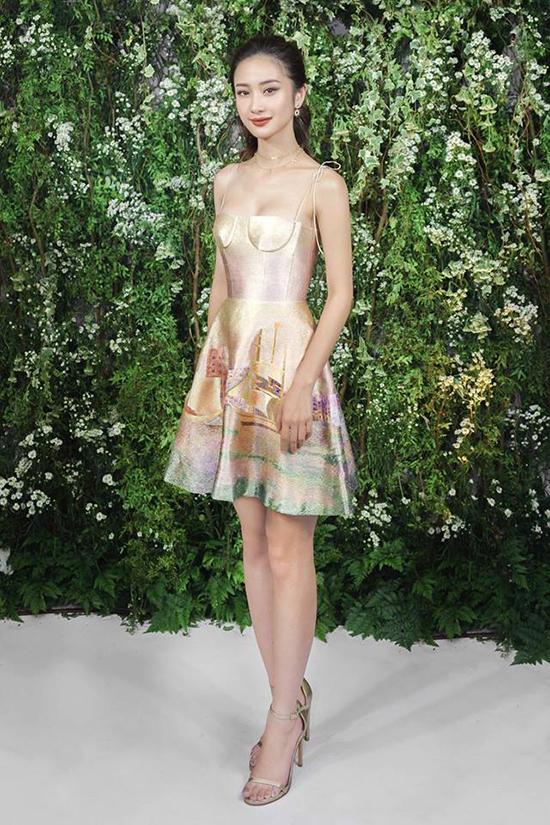 Cũng chọn váy hai dây - mẫu trang phục thường được sao Việt yêu thích vào mùa hè, Jun Vũ giúp mình tôn nét khả ái với váy thêu của nhà thiết kế Trần Hùng.