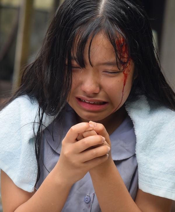 Bé Bảo Nghi, người thủ vai Duyên lúc nhỏ, khiến đạo diễn và các diễn viên trong đoàn bất ngờ vì khả năng nhập vai, đặc biệt là những cảnh khóc và phải diễn nội tâm.Phải đóng nhiều cảnh bị mẹ ghẻ đánh đập, nữ diễn viên nhí sinh năm 2004 và không tránh khỏi việc bị thương, bầm tím chân tay ở hậu trường.