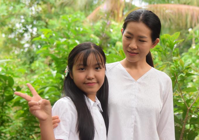 Bé Bảo Nghi tranh thủ chụp ảnh với diễn viên Yến Nhi, người đóng vai mẹ của em trong phim Nếu còn có ngày mai.