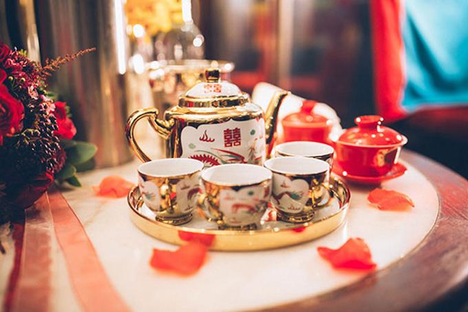 Bộ ấm chén sang trọng với sắc vàng và chiếc cốc kiểu cổ đỏ thắm.