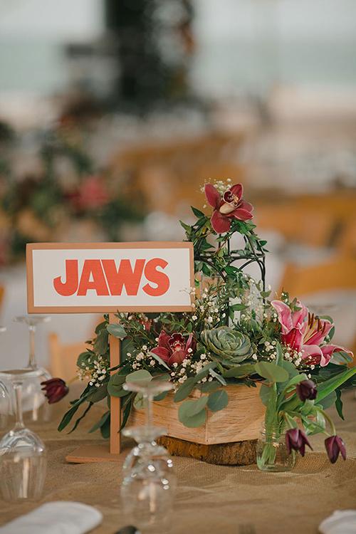 Cô dâu chú rể chọn đỏ cam làm tông màu chủ đạo cho vật trang trí trên bàn tiệc...