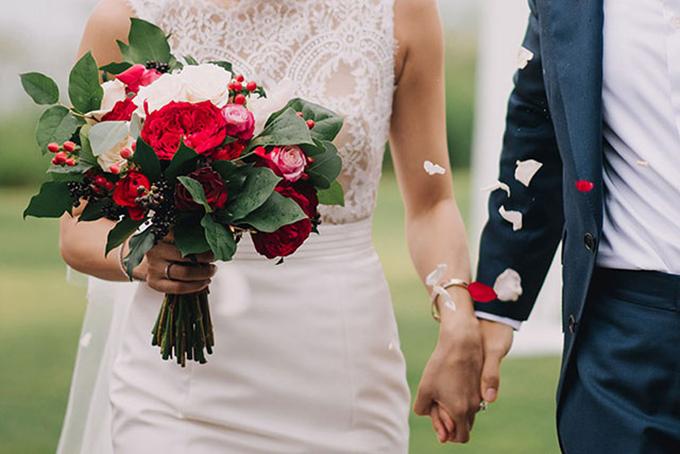 Từ hoa cầm tay cô dâu, váy cưới, cổng hoa, xe hoa đến những giỏ hoa để bàn xinh xắn, kẹp tóc cô dâu hay hoa cài áo chú rể, tất cả đều có thể nhấn nhá bằng sắc đỏ.