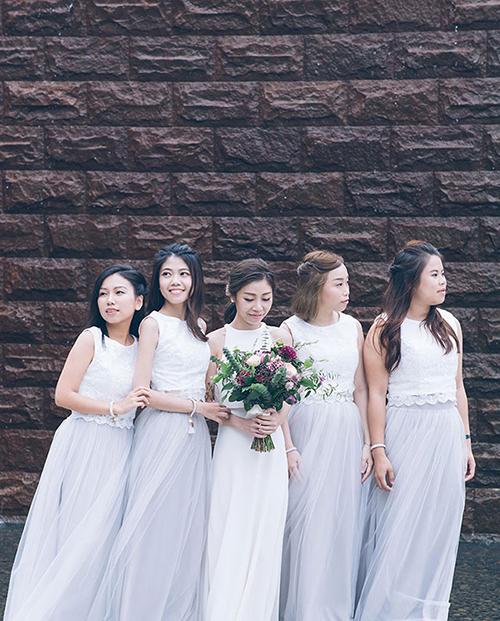Dàn phù dâu diện bộ váy mang sắc xám nhạt.