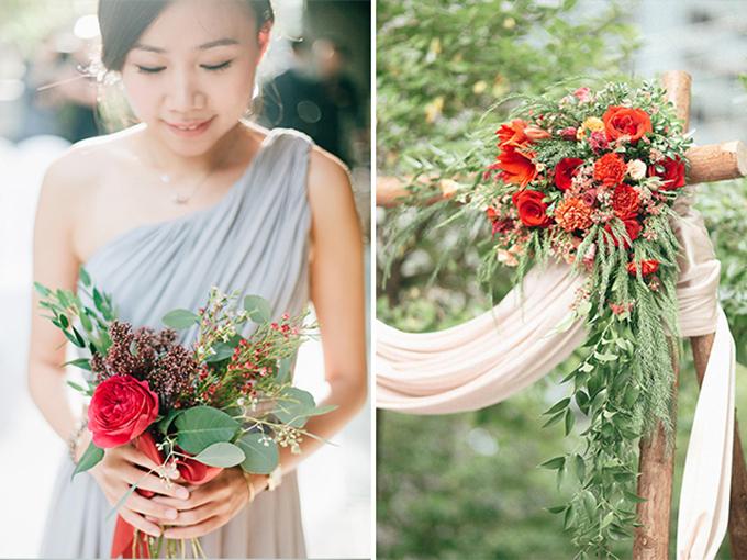 Bó hoa cầm tay của phù dâu và cô dâu đều mang sắc đỏ sáng.
