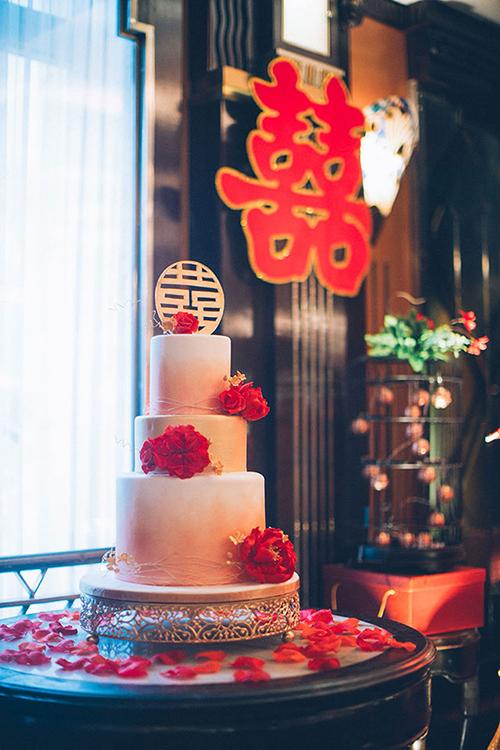 Bánh cưới ấn tượng với sắc đỏ ombre chuyển màu dần từ dưới lên trên.