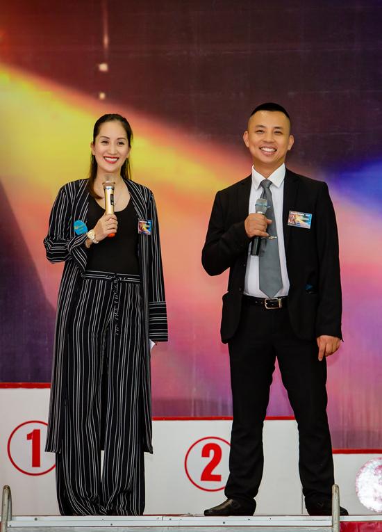 Trong hai ngày 28 và 29/4, Khánh Thi và Chí Anh bận rộn tổ chức giảiKhiêu vũ thể thao CK mở rộng quốc tế 2018 tại Hà Nội. Giải đấu thu hút hơn 600 vận động viên dance sport của Việt Nam và nhiều nước trên thế giới.