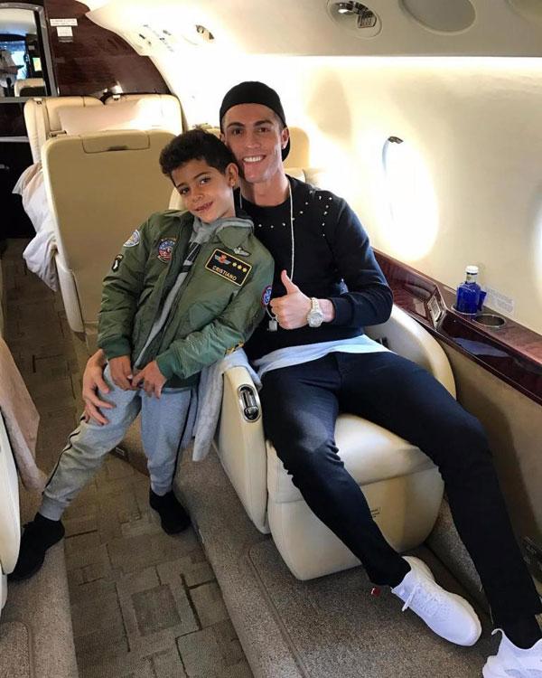 Cậu nhóc Cristiano Jr là bản sao của siêu sao Real từ phong cách thời trang, cách tạo dáng tới