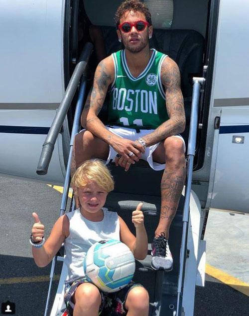 Neymar và con trai chụp ảnh ở chân cầu thang máy bay riêng trong một kỳ nghỉ.