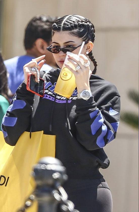 Kylie đeo nhẫn mới đi mua sắm trước khi tới công viên Six Flags.