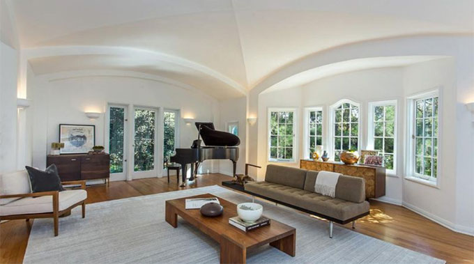 Chủ cũ của ngôi nhà là ngôi sao âm nhạc Moby.