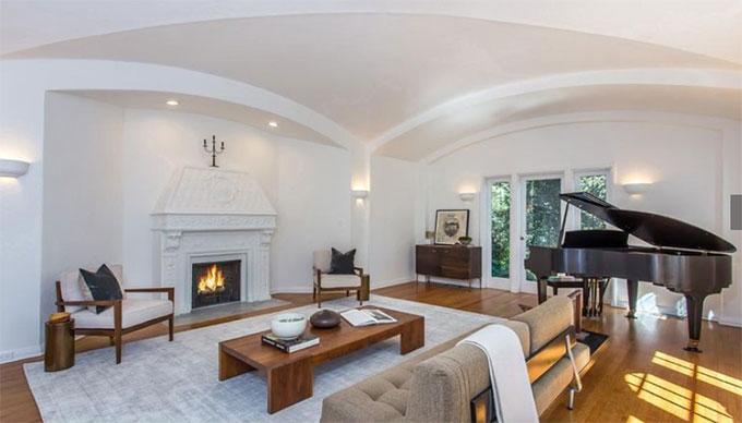 Ngôi nhà được xây dựng từ đầu thế kỷ 20 theo kiến trúc truyền thống Anh nhưng trong thời gian ở, Moby đã tân trang theo phong cách hiện đại.