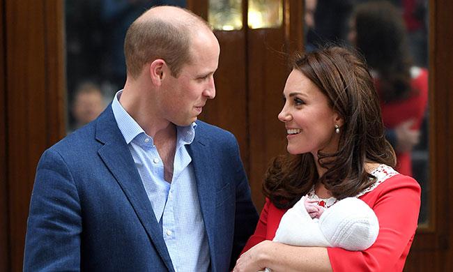 Hoàng tử William và Công nương Catherine ra mắt con trai mới sinh với người hâm mộ và báo giới ngày 23/4. Ảnh: Hello.