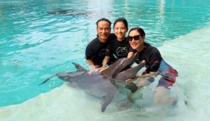 Nhậm Đạt Hoa cùng vợ và con gái cách đây 3 năm.