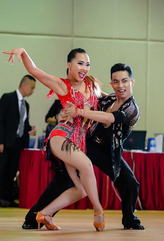 Phan Hiển từng là bạn nhảy ăn ý của Khánh Thi nhưng từ khi bà xã giải nghệ, anh bắt cặp với Nhã Khanh - tình cũ của Chí Anh. Cả hai đã cùng nhau tham gia nhiều giải dance sport và gặt hái được nhiều thành tích cao.