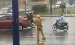 CSGT đội mưa điều tiết giao thông trong ngày lễ ở Sài Gòn