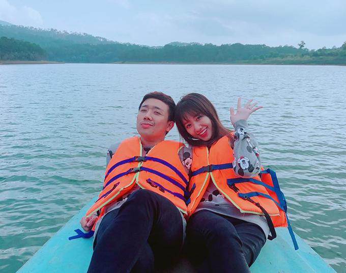 Hariwon cùng ông xã Trấn Thành thì quậy banh nóc ở Đà Lạt. Đôi vợ chồng ghé qua nhiều địa điểm nổi tiếng như hồ Xuân Hương, thác Tình yêu, quán cà phê ngắm toàn cảnh Đà Lạt từ trên cao.