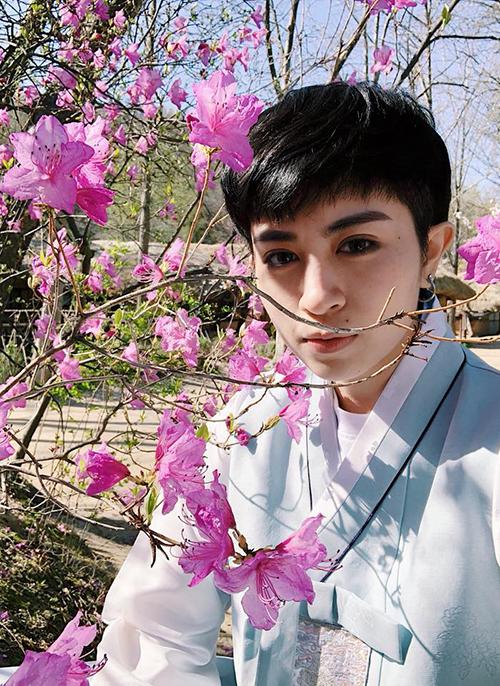 Gil Lê - Miu Lê cùng nhóm bạn diện hanbok, đón những ngày mùa xuân rực rỡ ở Seoul (Hàn Quốc).