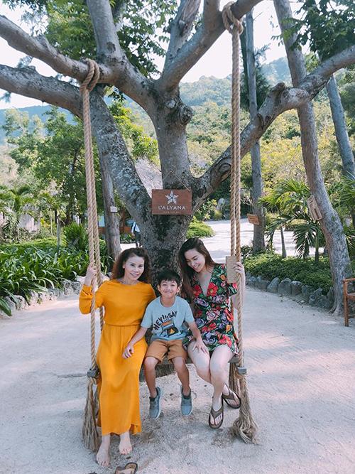 Hồ Ngọc Hà tranh thủ cho cả gia đình gồm bố mẹ và con trai cùng một số người thân tới nghỉ dương ở vịnh Ninh Vân.