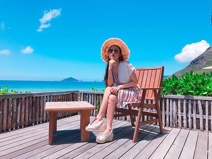 Midu lại chọn cho mình resort nổi tiếng ở Côn Đảo để hưởng thụ nắng vàng biển xanh. Ngay sau khi trở về, cô tiếp tục cùng gia đình đi du lịch dịp lễ 30/4.