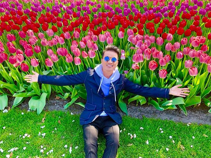 Cuối tháng 4, Mr. Đàm sang Hà Lan tận hưởng những ngày mùa xuân cuối cùng của châu Âu. Anh ghé thăm vườn hoa tulip rực rỡ sắc màu, đẹp nghẹt thở ở thành phố Lisse.