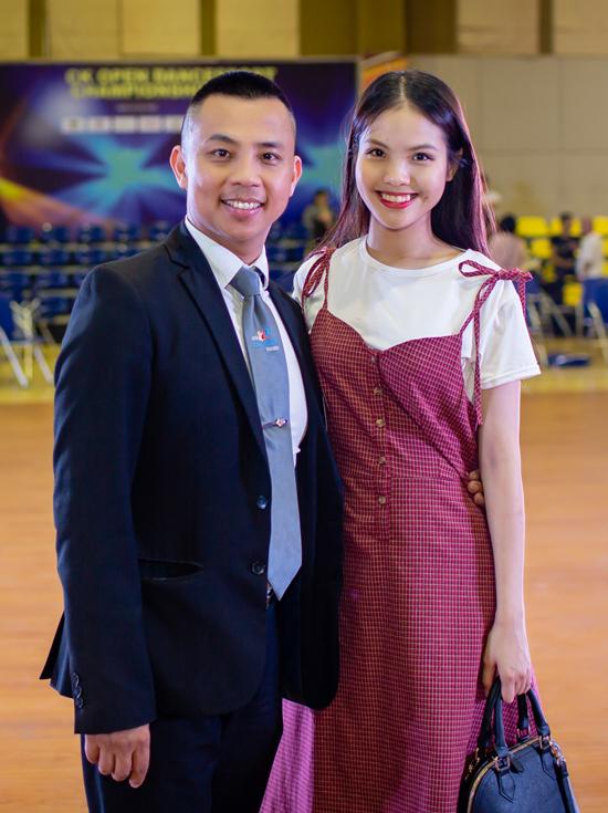 Khánh Thi hôn chúc mừng Phan Hiển giành Cup vàng
