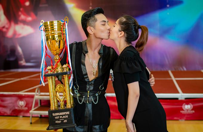 Cô không ngần ngại trao nụ hôn ngọt ngào để ăn mừng chiếc cúp vàng của ông xã. Cặp đôi cũng sắp chào đón thêm một bé gái vào tháng 7 tới.