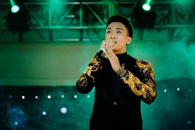 Lệ Quyên, Đàm Vĩnh Hưng nắm tay không rời khi hát ở Đà Nẵng