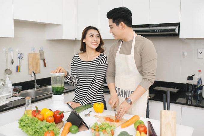 Sẵn sàng chia sẻ công việc nhà với nhau cũng là một điều cần có để hôn nhân hạnh phúc.