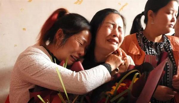 Mẹ của Wang Xue ôm chặt con gái trong giây phút đoàn tụ hôm 27/4. Ảnh: QQ