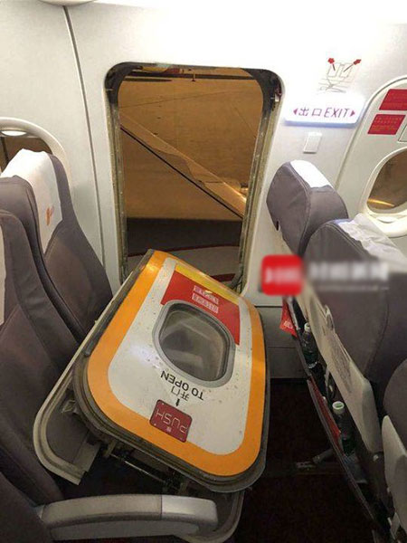 Hành khách mở nhầm cửa thoát hiểm vì muốn hít khí trời khi sắp cất cánh - 1