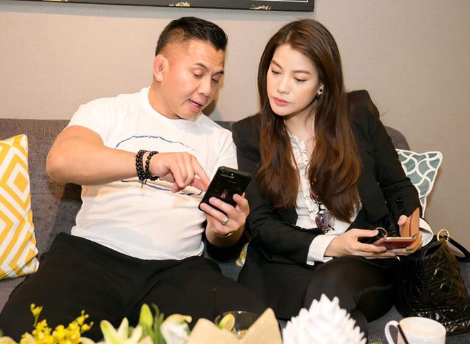 Hai người trò chuyện nhiều về phim ảnh. Cung Lê cho biết anh sắp tham gia một phim có sự góp mặt của các diễn viên Việt Nam và quốc tế.