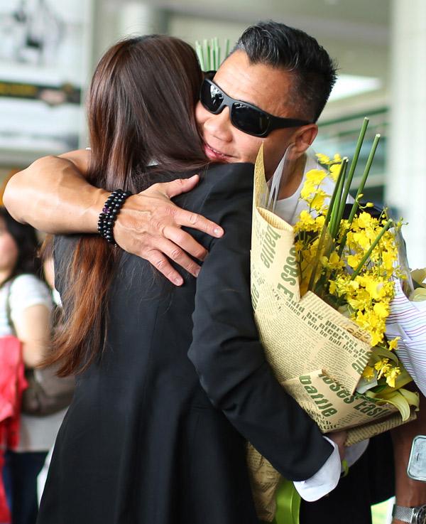 Trương Ngọc Ánh mang hoa ra sân bay đón Cung Lê. Hương Ga và võ sĩ gốc Việt chào hỏi nhau bằng một cái ôm chặt.