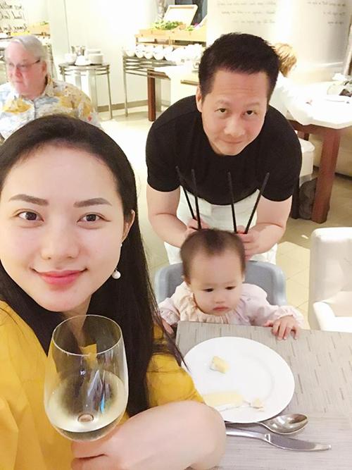 Vợ chồng Phan Như Thảo cũng đưa bé Bồ Câu ra ngoài ăn sang chảnh trong ngày nghỉ lễ.