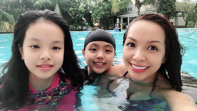 Gia đình Thuý Hạnh không đi chơi xa mà cho các con đi bơi tại gia.