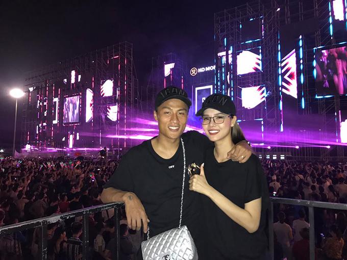 Vợ chồng Mạc Hồng Quân - Kỳ Hân đoàn tụ ở Quảng Ninh, hai người tham dự một sự kiện âm nhạc ngoài trời.