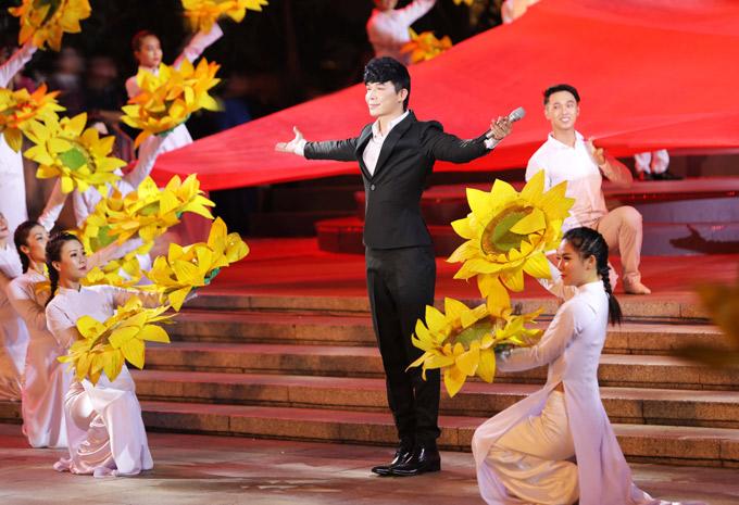 Anh mở màn chương trình với ca khúc Giai điệu tự hào. 200 vũ công múa minh họa, khiến tiết mục thêm hoành tráng, ấn tượng.